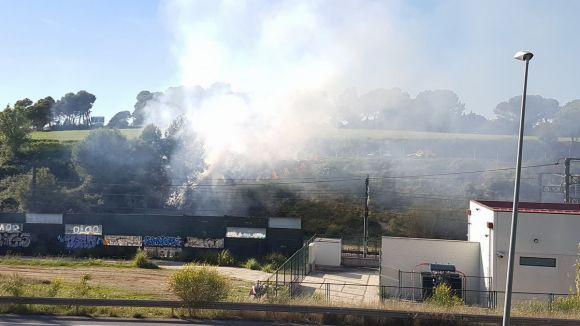 Incendi a unes tanques al costat de l'estació de Renfe de Sant Cugat