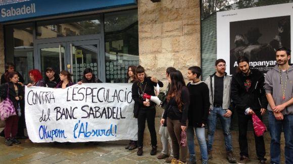 Concentració davant de l'oficina de Banc Sabadell a la plaça d'Octavià