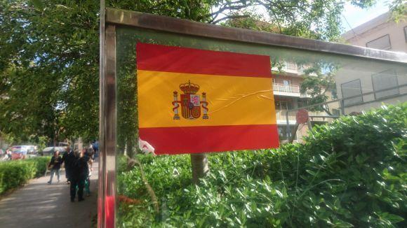 Sant Cugat es desperta amb adhesius de la bandera espanyola arreu del municipi