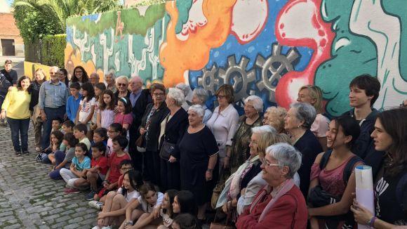 Diverses generacions es troben amb el 'Mural de vida' que llueix la Llar d'Avis de la Parròquia