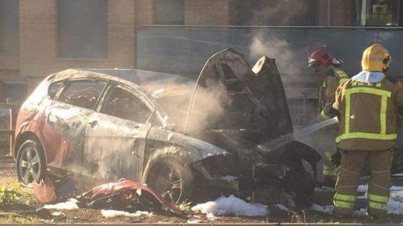 Crema un cotxe a la rotonda de Coll Favà després de xocar contra un arbre