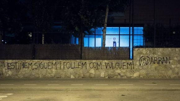 El PP i VOX condemnen les pintades d'Arran a La Farga contra la LGBTIfòbia