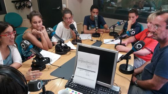 Els alumnes de l'escola Tretzevens amb la seva directora Núria Rica i Francesc Codonyés