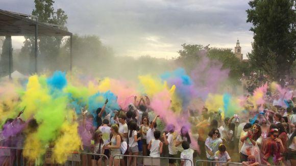 Explosió de colors en una multitudinària Festa Holi