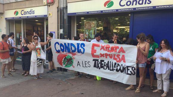 Concentració de suport contra l'acomiadament d'una treballadora de Condis