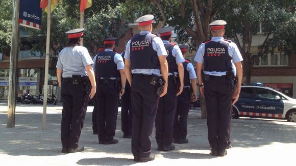 Minut de silenci a la comissaria dels Mossos i banderes a mig pal en record al policia de Gavà mort