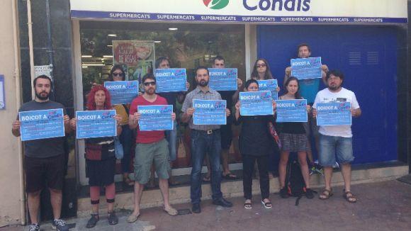 Una dotzena de persones criden al boicot a Condis per l'acomiadament d'una empleada