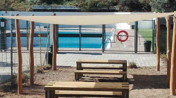 Ja es poden fer servir les noves taules de pícnic del costat de la piscina la Floresta