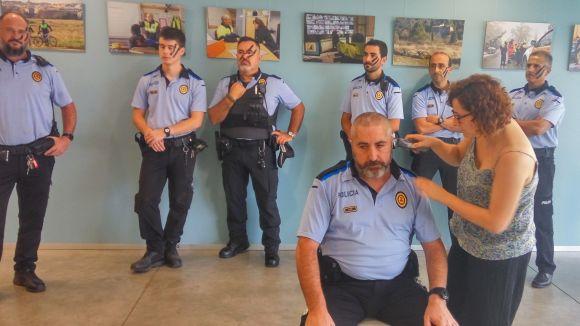 La Policia Local de Sant Cugat se suma a la campanya contra el càncer infantil 'Posa't al seu cap!'