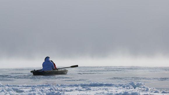 Imatge del documental 'Angry Inuk' que mostra la sortida al mar de dos inuits. / Foto: DocsBarcelona