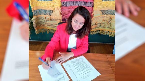 Conesa en el moment de la signatura del document / Foto: Twitter Mercè Conesa