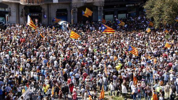 Gent concentrada a la Rambla Catalunya / Foto: ACN