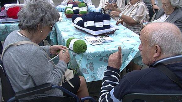 'La bufanda de la iaia' enceta amb accent solidari la Setmana de la Gent Gran