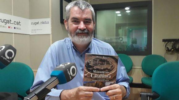 El periodista santcugatenc Daniel Romaní amb el seu llibre