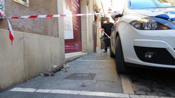 Actuació dels Bombers pel despreniment de parts d'una teulada al carrer de Santa Maria