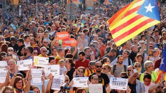 Santcugatencs se sumen a la marxa de la Taula per la Democràcia per reclamar l'alliberament dels 'Jordis'