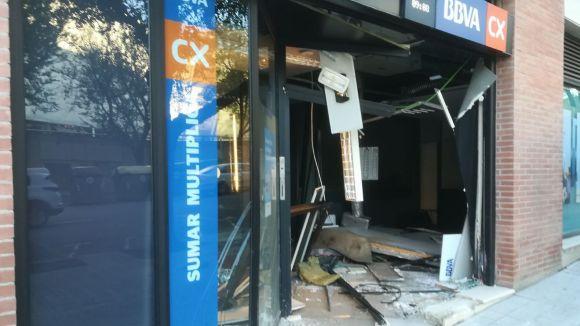 Un conductor sota els efectes de l'alcohol encasta el cotxe contra una oficina bancària