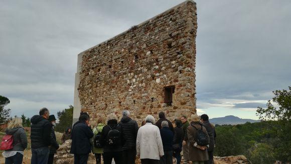 Una trentena de persones visita les noves restes descobertes del Castell de Canals