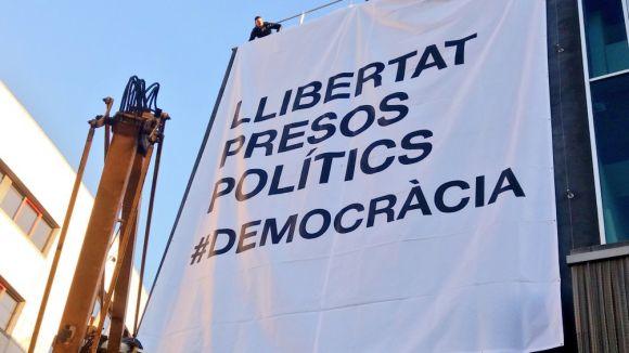 La pancarta llueix de nou a la façana de l'ajuntament / Foto: Twitter Ajuntament