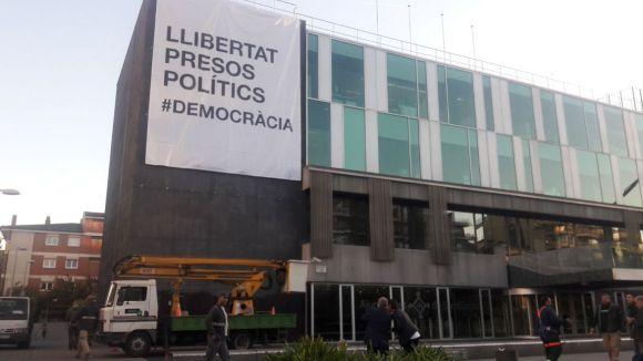 L'Ajuntament penja de nou la pancarta 'Llibertat presos polítics' a la façana del consistori