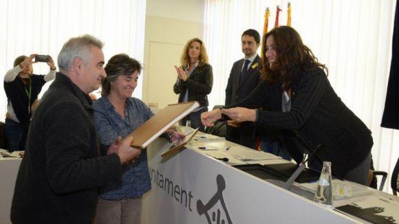 Moment de l'entrega del llibre de l'alcaldessa a la família / Foto: Locapress