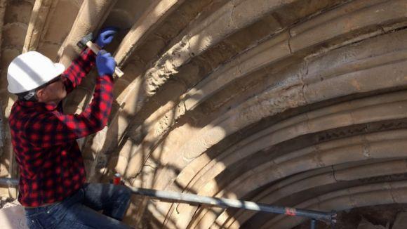 En la primera fase els treballs de restauració es concentren a la portalada
