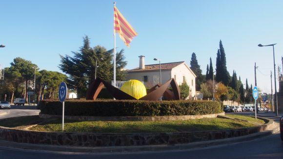 La bola central de la plaça de Can Cadena ha aparegut de color groc / Foto: CDR Valldoreix