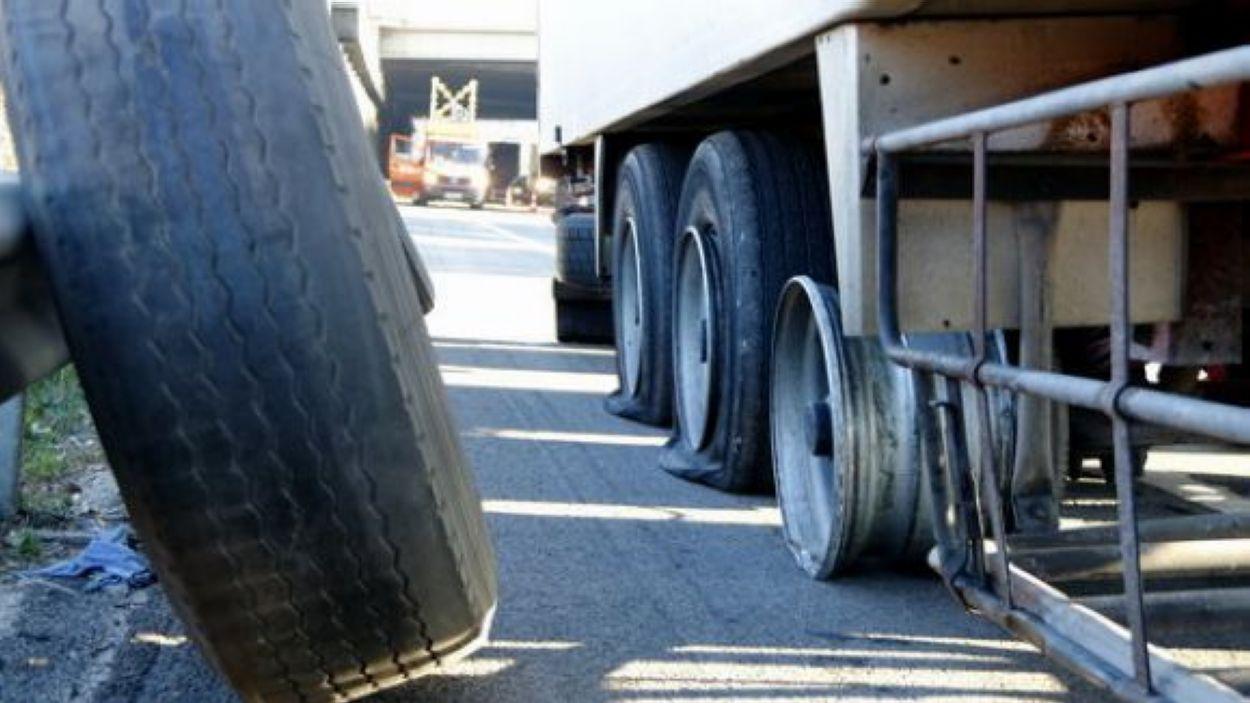 L'agent va punxar les rodes de més d'una vintena de vehicles / Foto: ACN