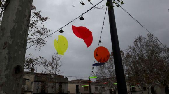 El vent fa caure els llums de Nadal de la plaça de Barcelona