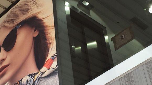 Òptica Universitària denunciarà el forat de 'bala o balí' en un vidre de la botiga de Pla de Vinyet