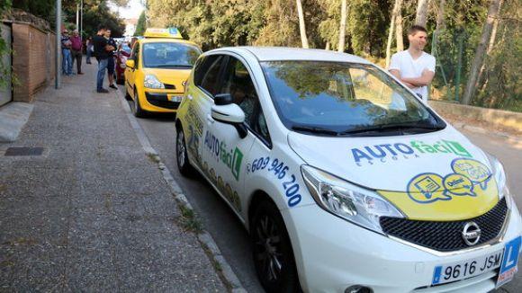Cotxes d'autoescola a l'espera dels examinadors / Foto: ACN