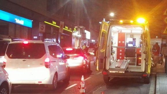 Un cotxe atropella dues persones en un semàfor de Francesc Moragas amb una marxa enrere