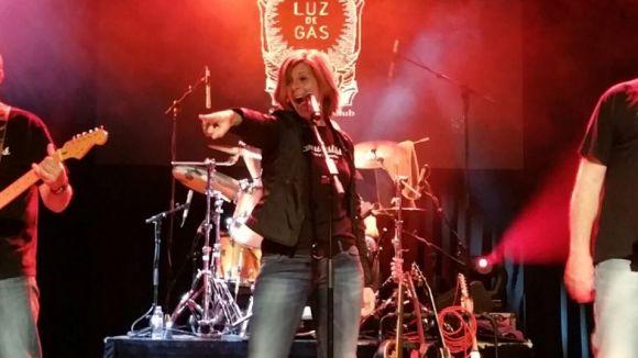 Carmela Fortuny durant una actuació amb Els Incombustibles / Foto: Cedida