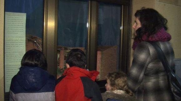 Una trentena de persones gaudeix dels pessebres de finestra de la mà de l'Ateneu