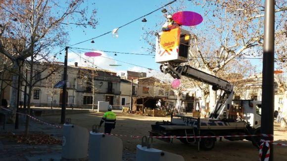 El vent fa caure els llums de Nadal de la plaça de Barcelona i el carrer Santa Maria