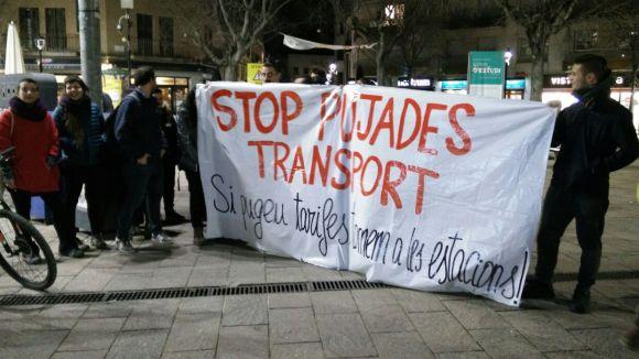 Prop d'una trentena de persones reclama davant l'estació de FGC tarifes més baixes del transport