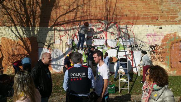 La pintada d'un mural del CDR a favor dels 'presos polítics' provoca la queixa d'un veí