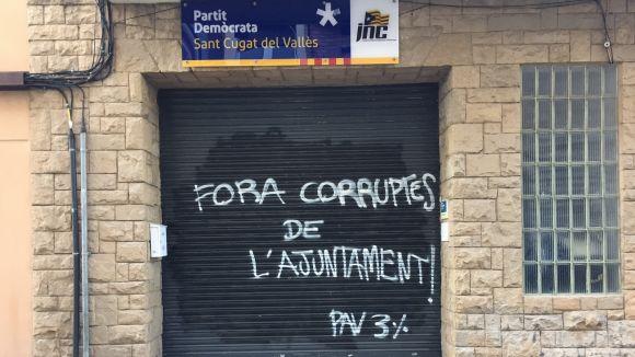Pinten 'Fora corruptes de l'Ajuntament! PAV 3%' a la persiana de la seu del PDeCAT a Sant Cugat