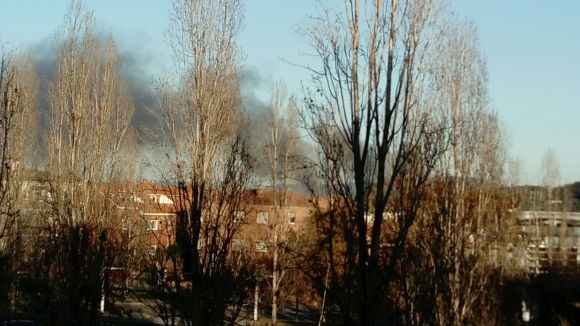 Expectació a Sant Cugat per una densa columna de fum provinent de Cerdanyola