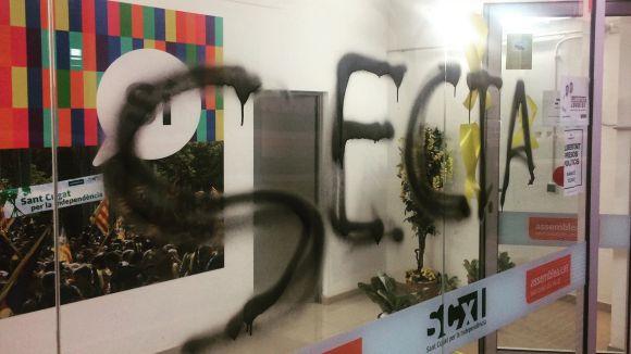 La pintada a la vidrera de la seu de l'ANC local / Foto: @vancstcugat