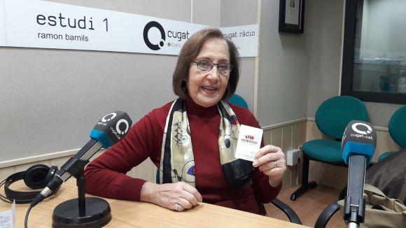 La presidenta de l'Entitat Sardanista de Sant Cugat, Elvira Anglès, amb el calendari de sardanes