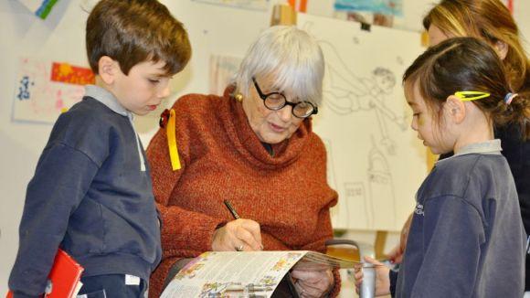 Pilarín Bayés transporta els nens i nenes de La Farga al món dels contes amb els seus dibuixos
