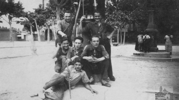 Un grup d'amics davant la primera benzinera de Sant Cugat/ Imatge: cedida per Ricard Mestre