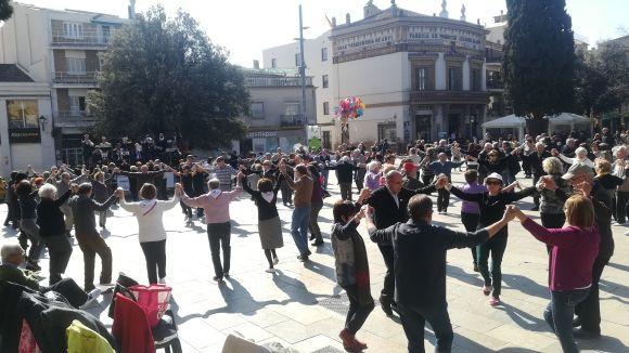 La ballada de sardanes reuneix un centenar de persones a la plaça d'Octavià