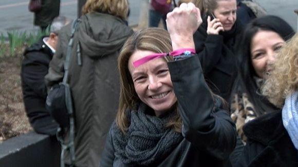 Més d'un centenar de persones es concentren a l'ajuntament per commemorar el Dia de la Dona