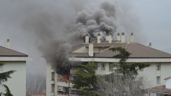 Un incendi afecta un edifici d'habitatges al carrer d'Auladell, a prop de l'avinguda Rius i Taulet