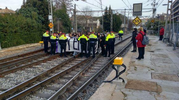 Un piquet de la vaga feminista talla durant una hora i mitja l'estació de FGC de Sant Cugat