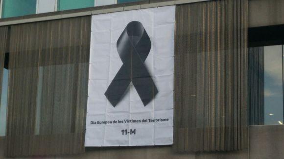 Sant Cugat se suma al Dia Europeu de les Víctimes del Terrorisme amb una pancarta a l'ajuntament