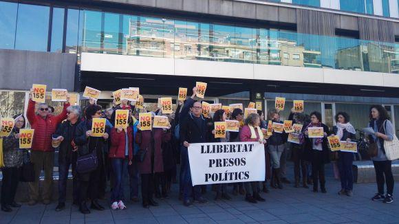 Mig centenar de treballadors públics es concentra davant l'ajuntament per exigir la retirada del 155