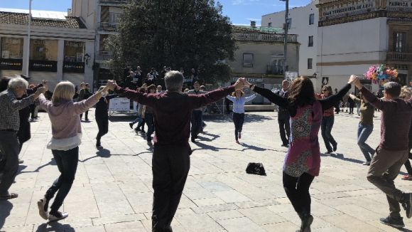 Prop d'un centenar de persones participa a una nova ballada de sardanes a la plaça d'Octavià